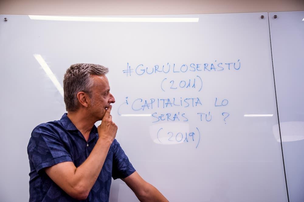 Imagen de José Carlos León mirando a su pizarra escrita.
