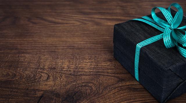 Paquete negro con lazo azul turquesa para regalo